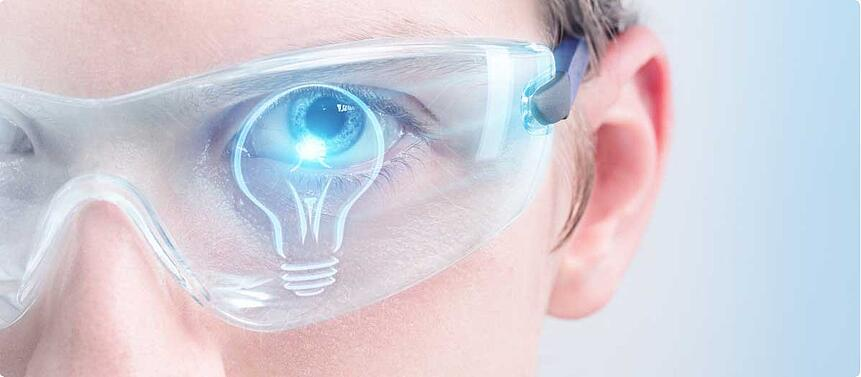 Mann trägt Augmented-Reality-Brille